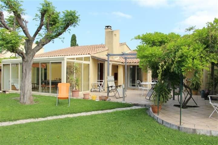 Villa calme et arborée proche d'Avignon