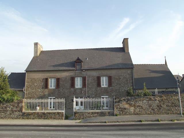 Maison de famille face à la mer - Hirel - House
