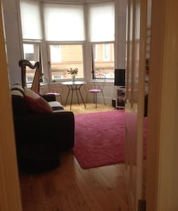 West End, 2 bedrooms with parking - Glasgow - Daire