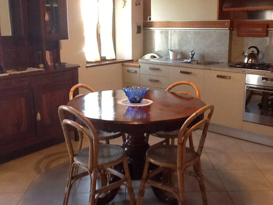 Cucina/soggiorno con tavolo e credenza antichi;  cucina attrezzata