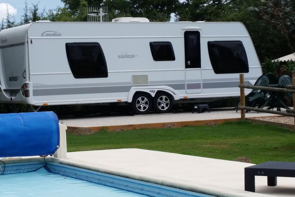 grande caravane avec grande terrasse à proximité de la piscine