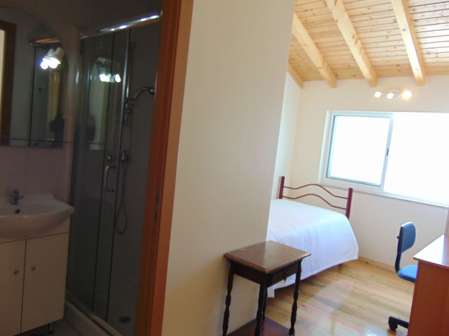 Bedroom with single (100 cm) bed and private bathroom