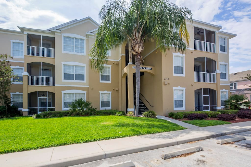 This fabulous Windsor Palms 3 bedroom Orlando vacation condo unit is the perfect place for you to base your vacation visiting Mickey, Donald, Pluto and all their friends at Walt Disney World® Resort.