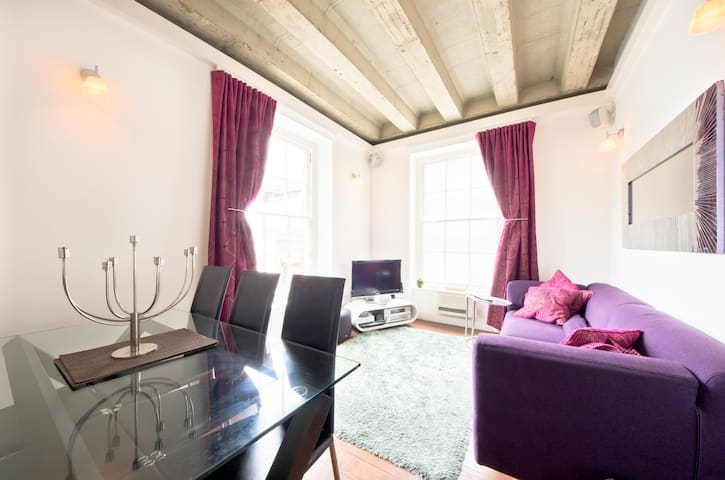 Secluded, Very Central 1 Bed Soho Apartment - Londra