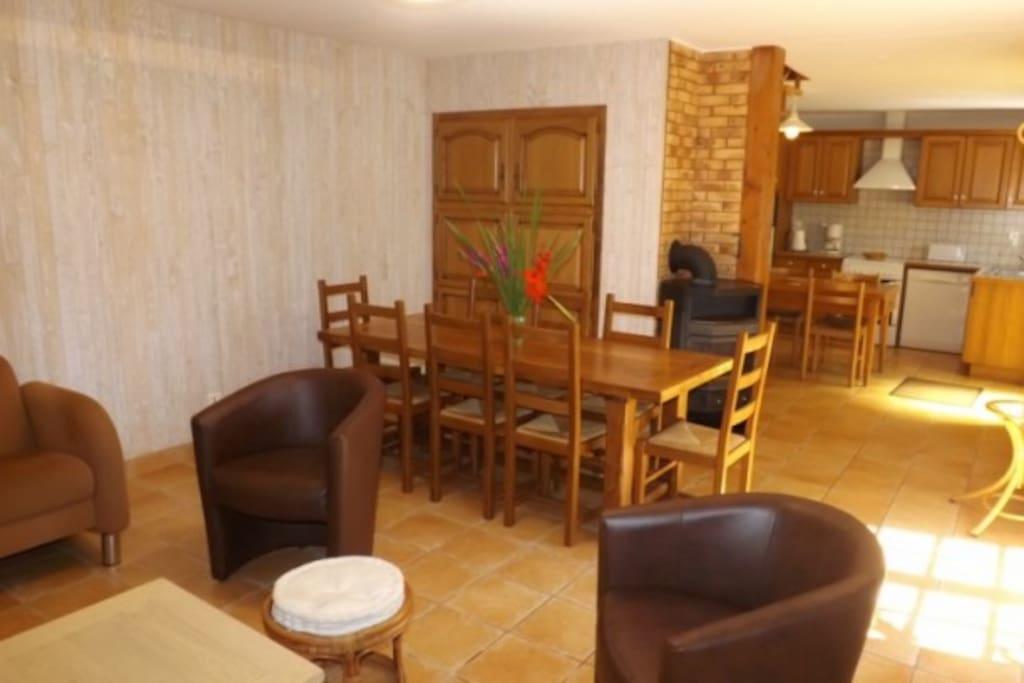 Salle à manger / salon avec en fond la cuisine