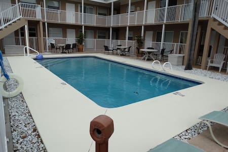 Amazing 2 BR BEACH Condo OVERLOOKING THE POOL! - Cape Canaveral - Társasház