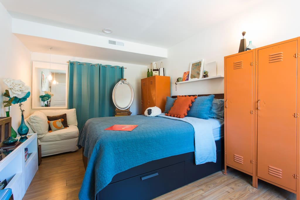 Fun MidCentury Bedroom with vintage furniture, Queen-Sized Bed, Lockers for Hanging Clothes, Makeup Mirror & Reading Nook. The perfect spot to crash while walking distance to Hollywood!