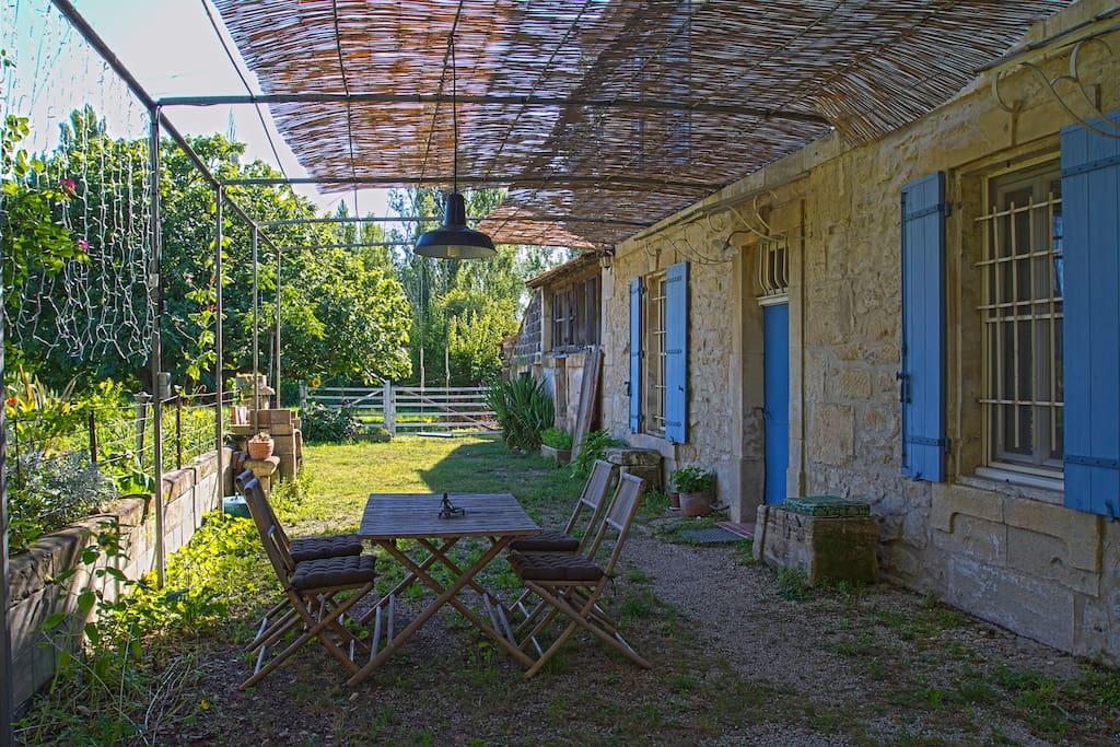 La cour entre la maison et le jardin.