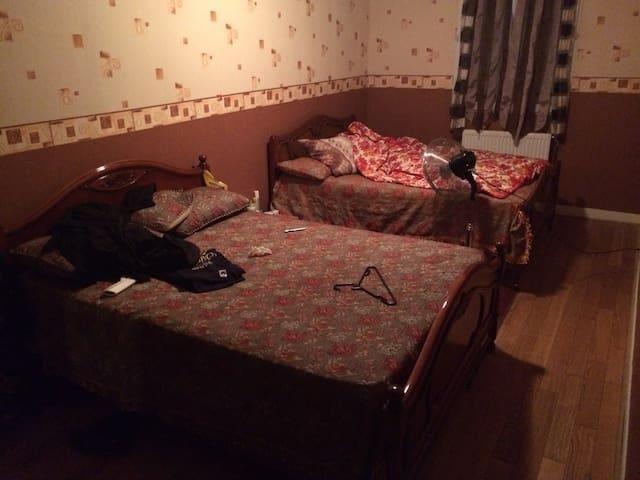 Une grande chambre d'hôte avec 2lit - Pierrefitte  - House