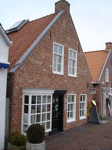 Atelierwohnung in restauriertem Kapitänshaus - Krummhörn - Pis