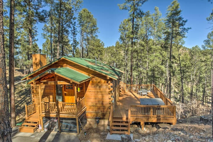 Secluded 'The Lincoln Cabin' w/Hot Tub & 3 Decks!