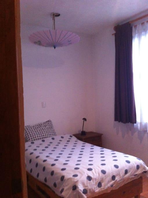 Habitación con cama individual, muy iluminada