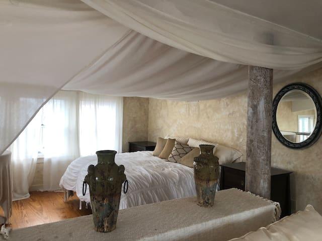 King bed / loft bedroom