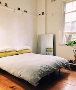 Charming light filled Room - Potts Point