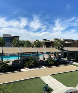 2 Bed 2 Bath Apartment w Pool and Gym Free parking