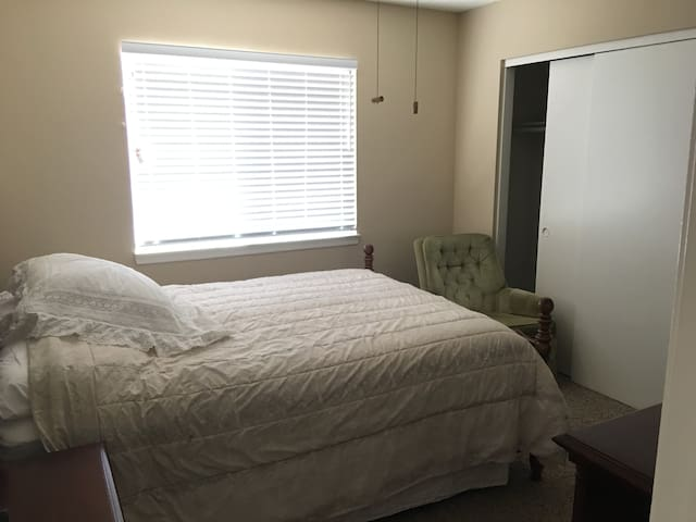 New Private Room in Lancaster, CA (E/S Room) (Queen Bed)
