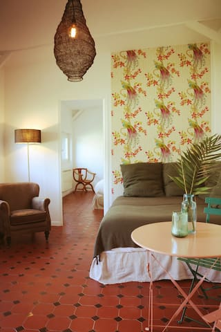 Dès votre entrée, un premier espace détente avec lit très confortable en 140 cm