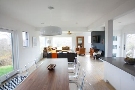 Room type: Entire home/apt Property type: House Accommodates: 11 Bedrooms: 3 Bathrooms: 2