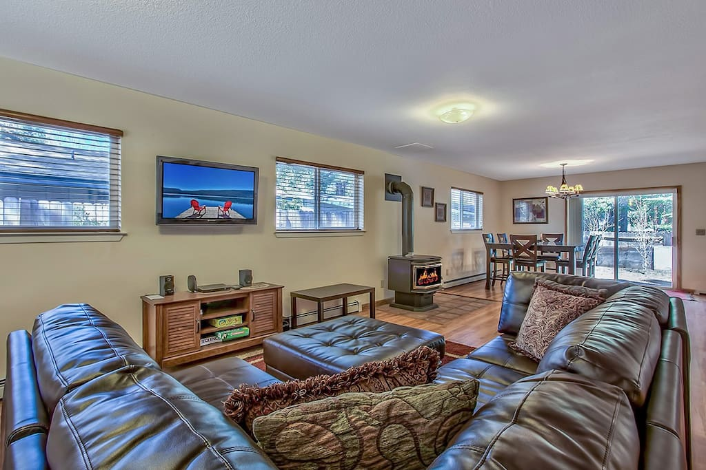 Large family room with new leather couches.
