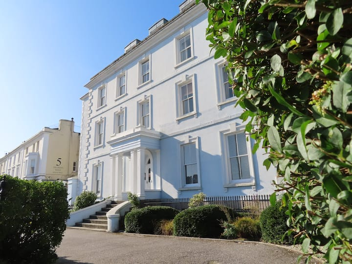 Bright, roomy and central 3 bed flat with views.