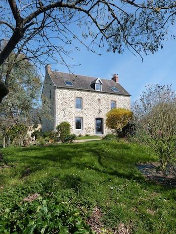 Maison de caractère à 15 min du Mont St Michel - Crollon - Huis