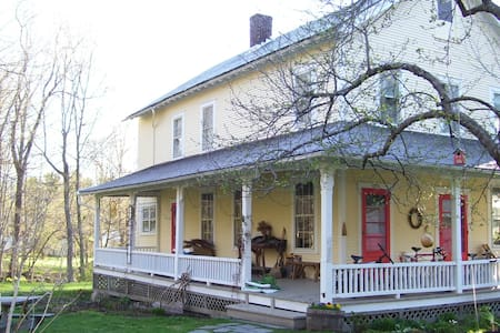 Private room, porch, brook, in town - Williamstown - Casa