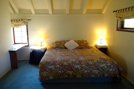 Our cozy double Tudor Room ! - Dunedin - Bed & Breakfast