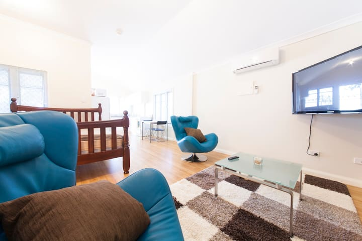 Large Studio Apartment Vic Park! - East Victoria Park - Lejlighed