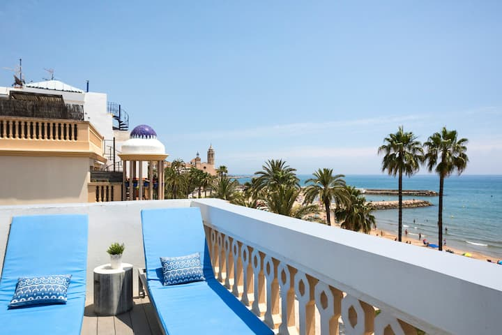 Beachfront 2 bedrooms apartment with terrace