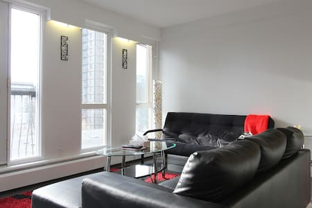 Bright Condo Steps from 17ave - Calgary - Apartment