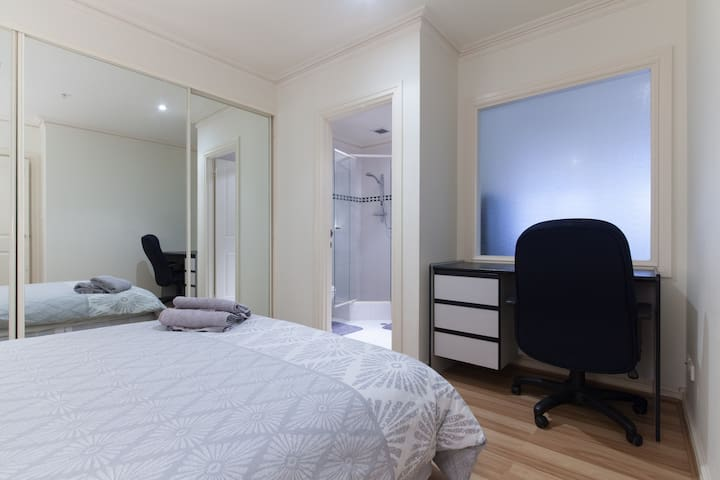 Central Perth CBD Unit with Car Bay, WiFi n Washer