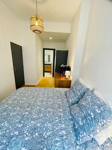 Chambre lit 160x200 Emma Matelas, dressing et accès à la salle de bain  Bedroom bed 160x200 Emma Mattress, dressing room and access to the bathroom