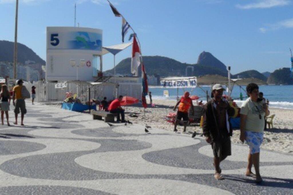Praia entre 5 e 10 minutos do apartamento | Copacabana beach between 5 and 10 minutes walk from the apartment