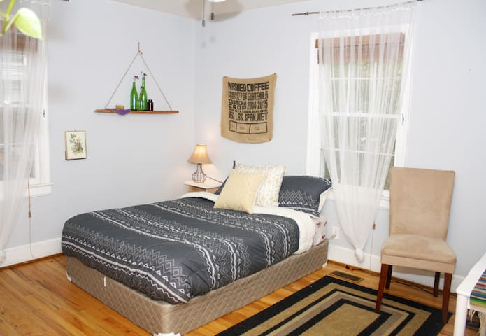 Quaint Artsy Home - Large Room - Durham - House