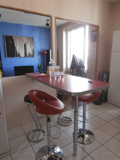 Plan bar dans la cuisine pouvant accueillir quatre personnes