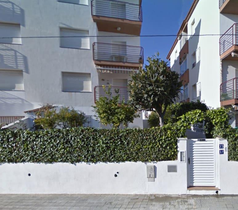Apartamento con jard n y piscina apartamentos en for Alquiler bajo con jardin madrid