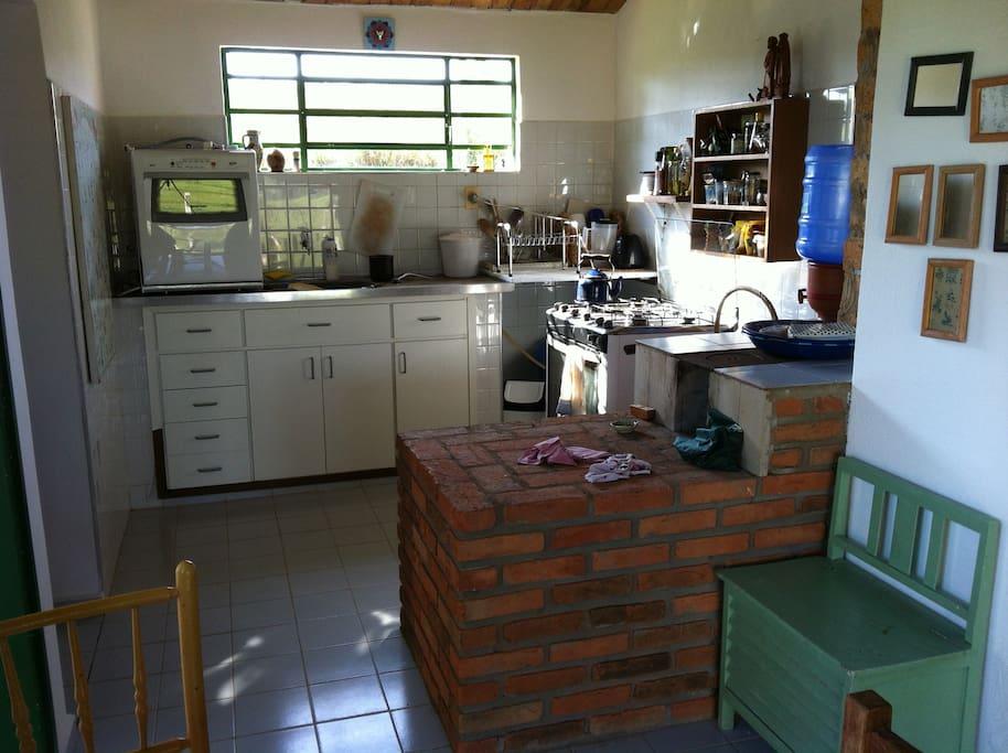 entrada, cozinha com fogão a lenha