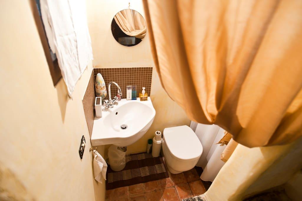 Main bedroom's en-suite bathroom