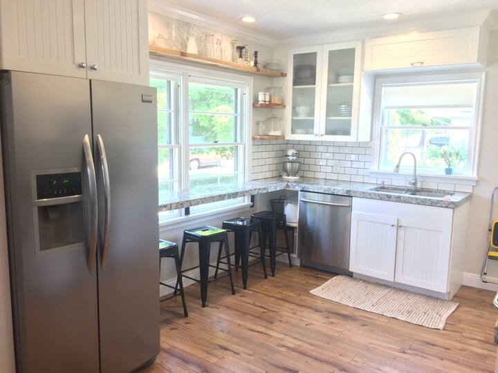 Charming Bungalow in Downtown Logan, Quiet&Clean!