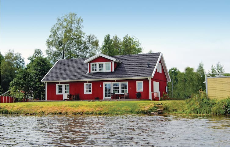 Holiday cottage with 5 bedrooms on 186m² in Stensjön