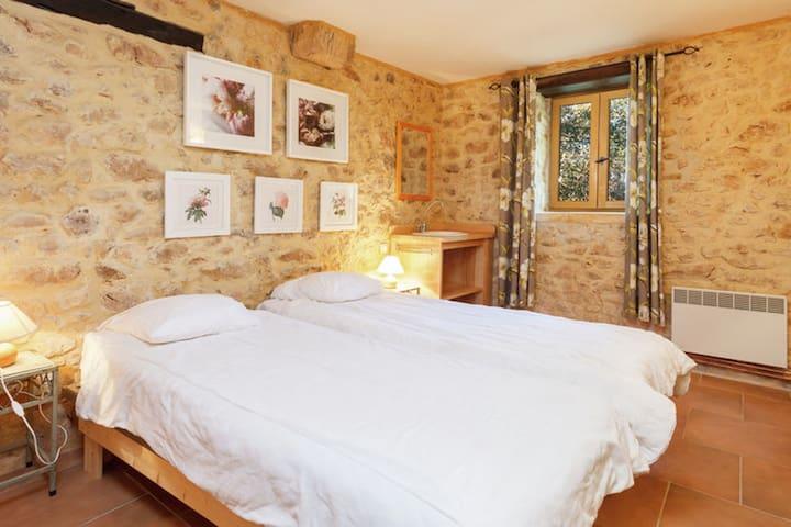 Chambre double avec lavabo au rez-de-chaussée (2 lits simples joints)