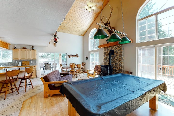 Dreamy mountain house w/large wood deck & private pool table - Dogs ok!