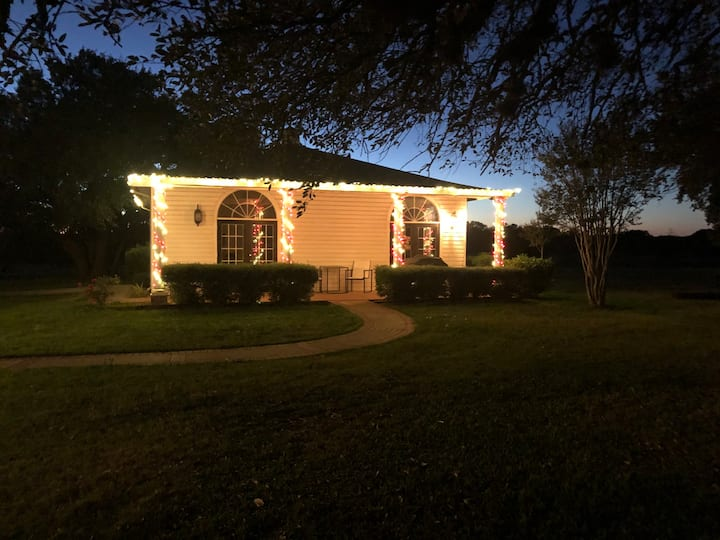 Quaint Cottage situated on Horse Farm Salado Texas