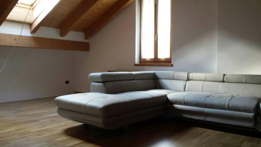 Mansarda indipendente con bagno indipendente - Vezzano - House