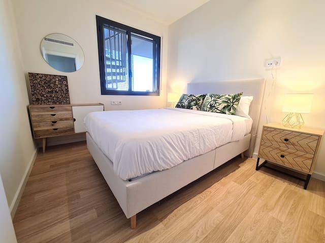 Double bedroom with Queen size bed (140cm)