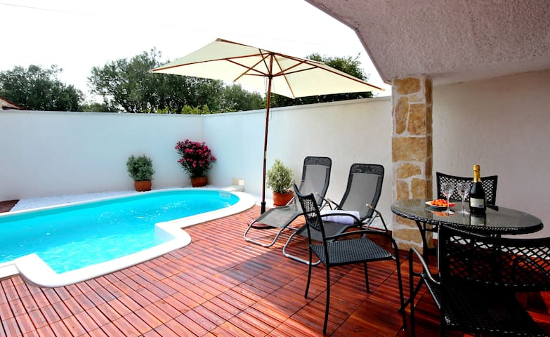 A house for 2 with a private pool - Rovinjsko Selo - Huis