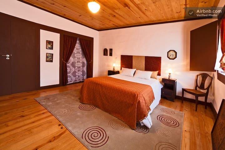 Guesthouse Casadasjanelastortas-3 - Guimarães - House