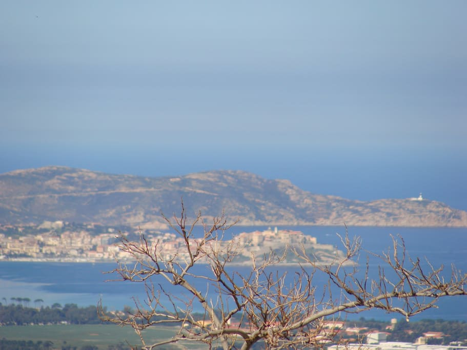 Vue sur la baie de Calvi .