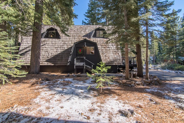 Tahoe Cabin - Close to Slopes & Sleeps 8!