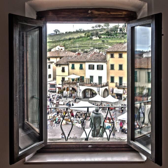 La finestra della camera sul mercato della piazza di Greve in Chianti